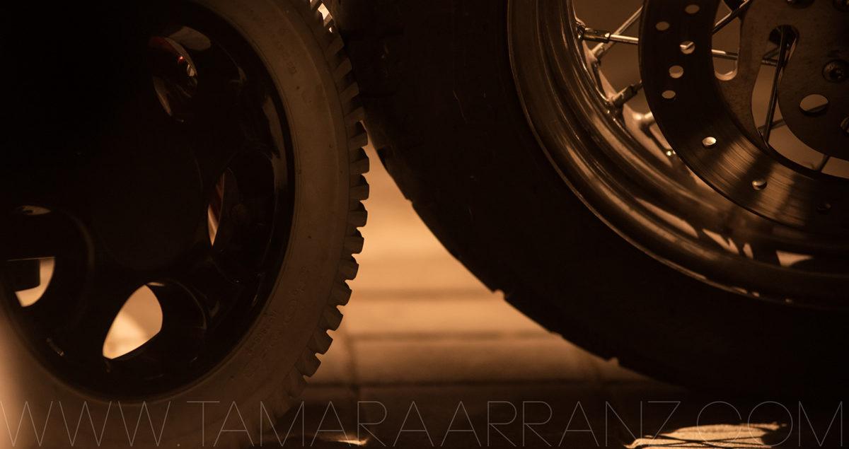 Rueda de silla eléctrica junto a una rueda de Harley Davidson
